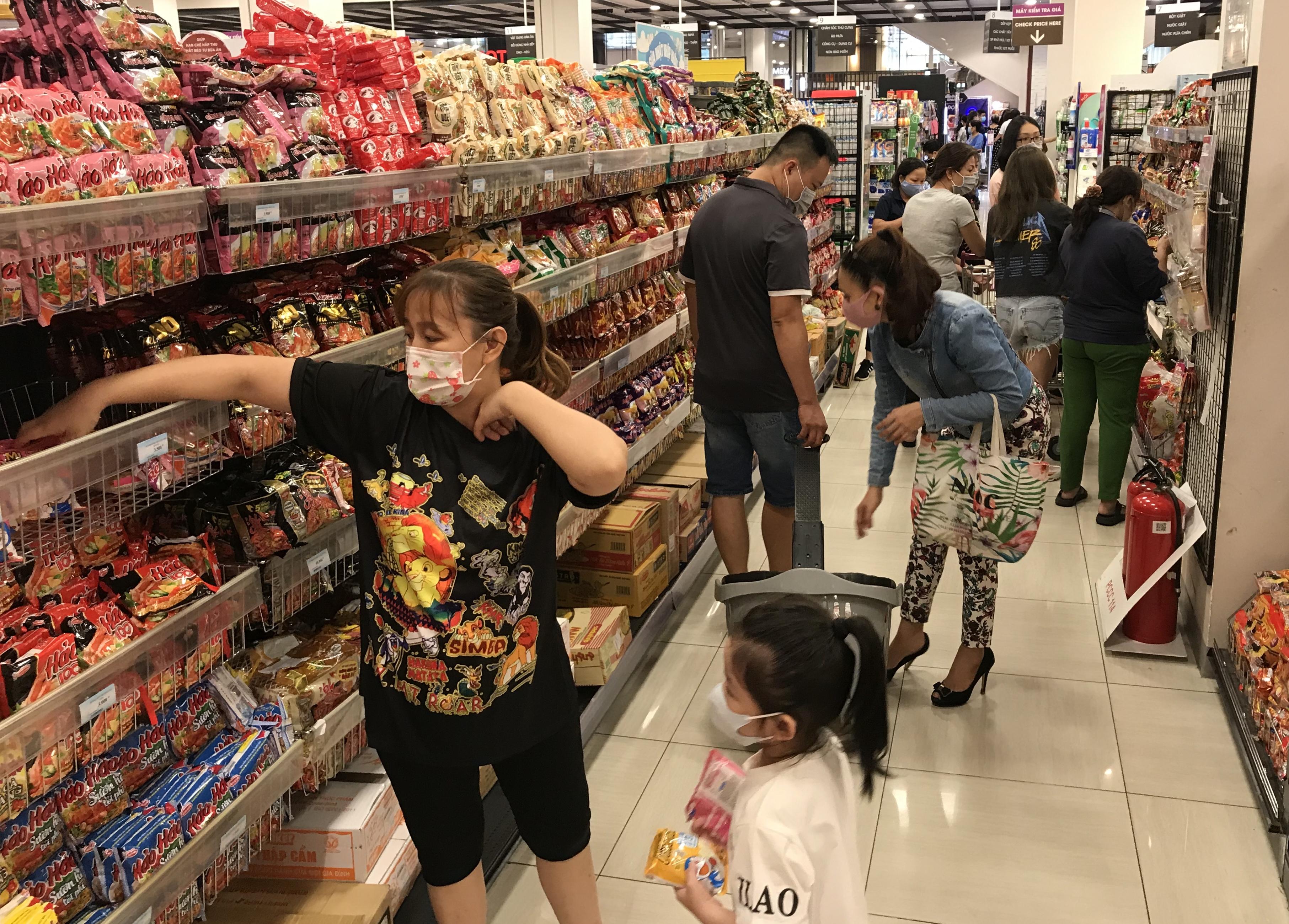 Siêu thị đông đúc cuối tuần, người Sài Gòn mua thịt heo, hải sản giảm giá đến 20.000-60.000 đồng/kg ăn lễ - Ảnh 9.