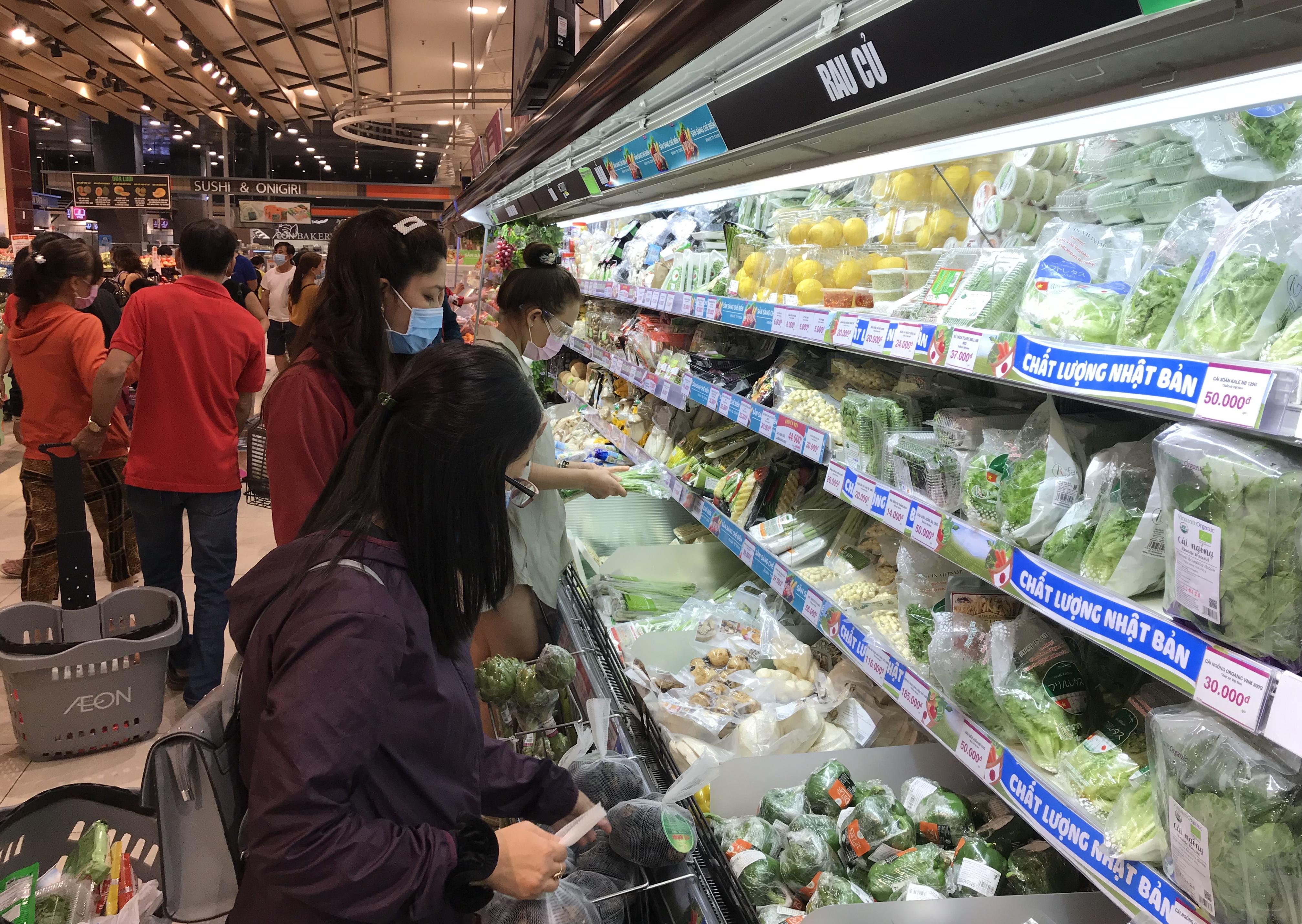 Siêu thị đông đúc cuối tuần, người Sài Gòn mua thịt heo, hải sản giảm giá đến 20.000-60.000 đồng/kg ăn lễ - Ảnh 3.