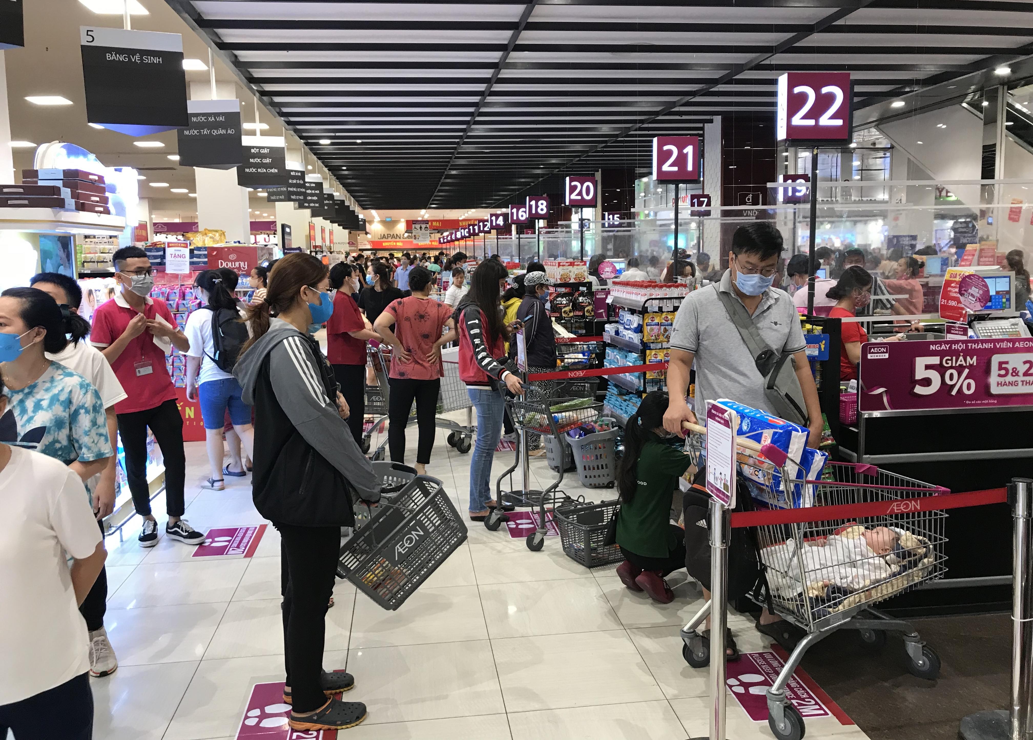 Siêu thị đông đúc cuối tuần, người Sài Gòn mua thịt heo, hải sản giảm giá đến 20.000-60.000 đồng/kg ăn lễ - Ảnh 10.