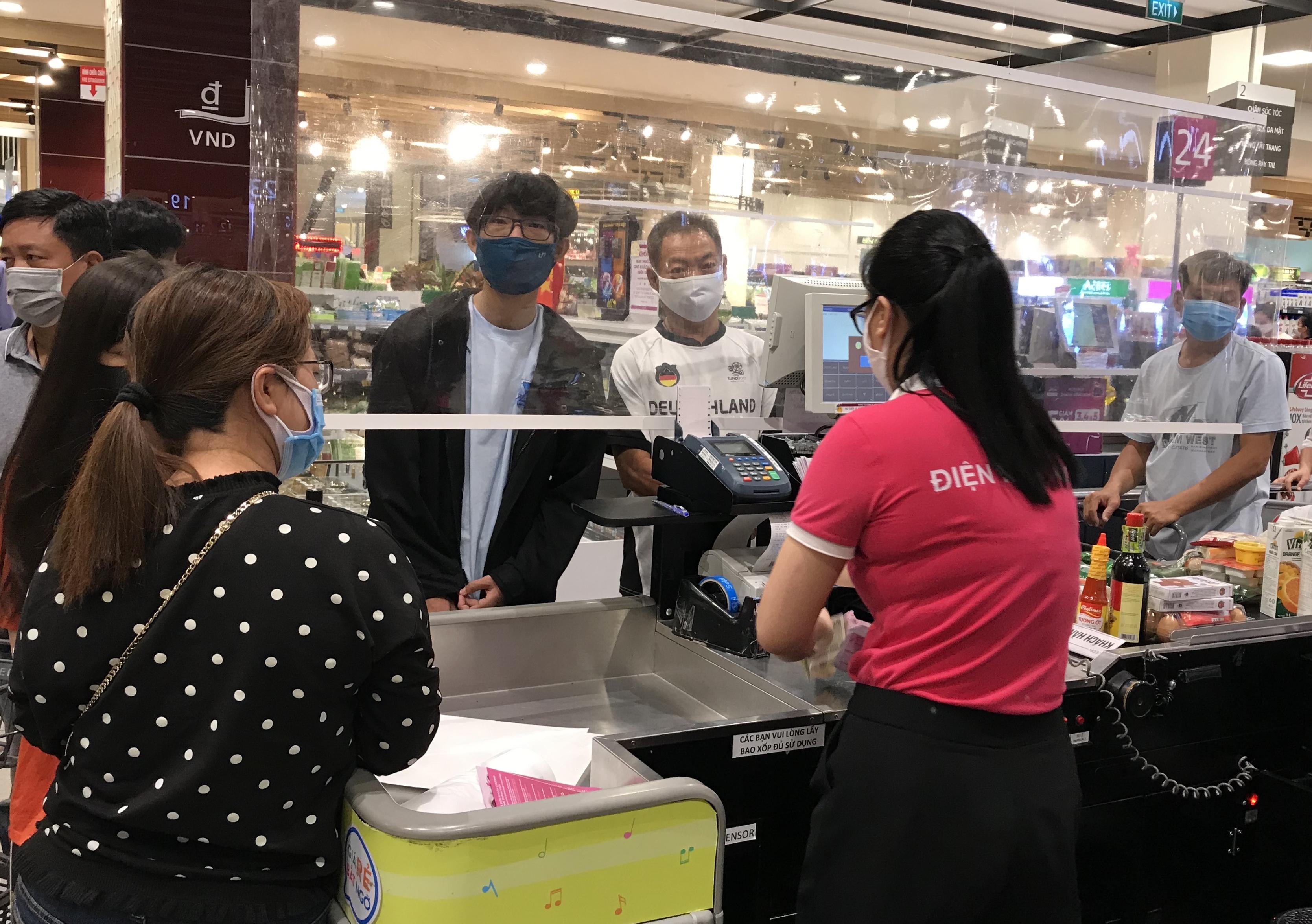 Siêu thị đông đúc cuối tuần, người Sài Gòn mua thịt heo, hải sản giảm giá đến 20.000-60.000 đồng/kg ăn lễ - Ảnh 11.