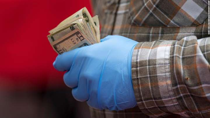 Lo sợ suy thoái kinh tế, người Mỹ đang tích trữ tiền mặt nhiều hơn giữa đại dịch - Ảnh 1.