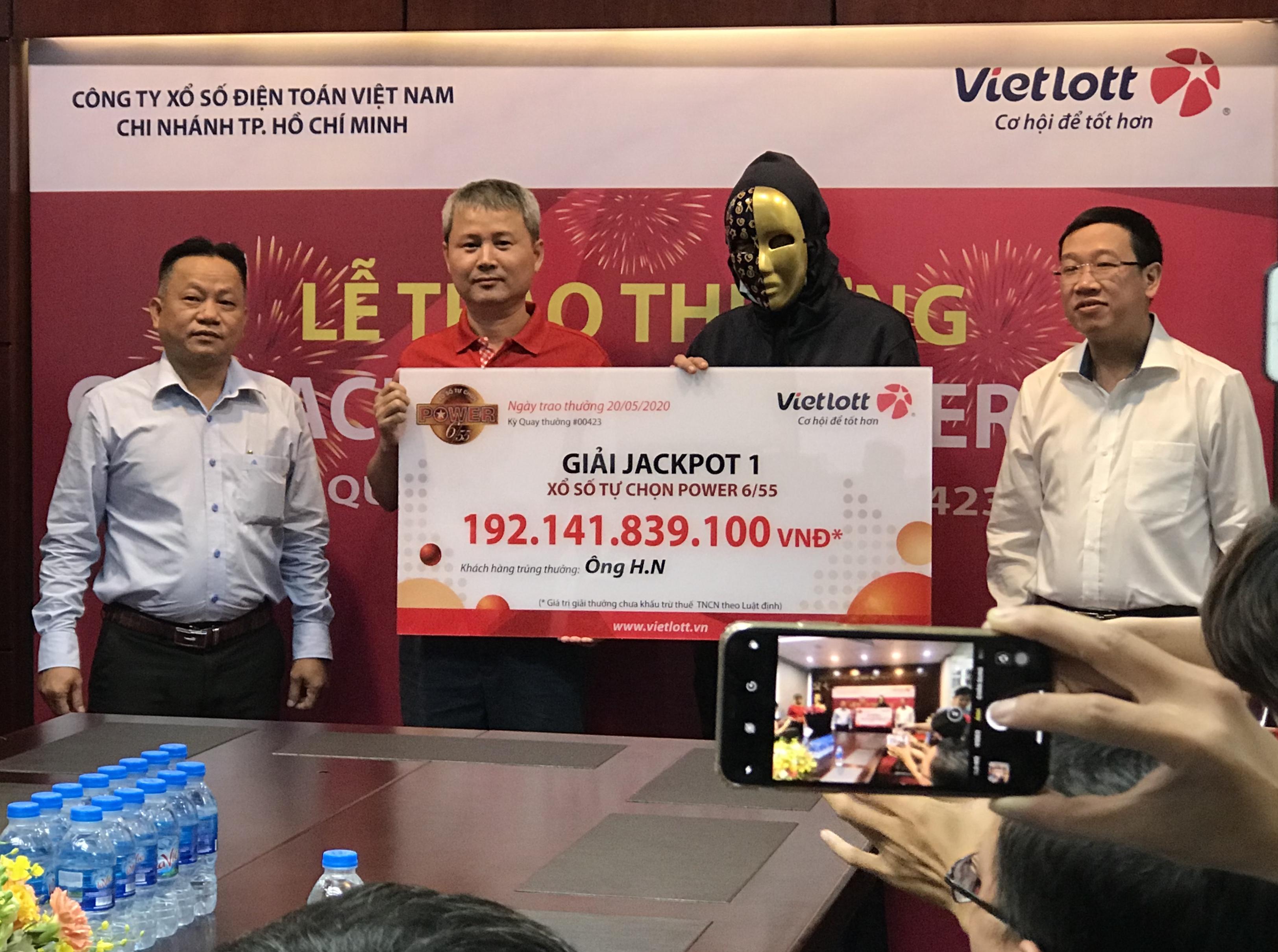 Chủ nhân giải độc đắc Vietlott 192 tỉ đồng ở TP HCM đến nhận thưởng - Ảnh 1.