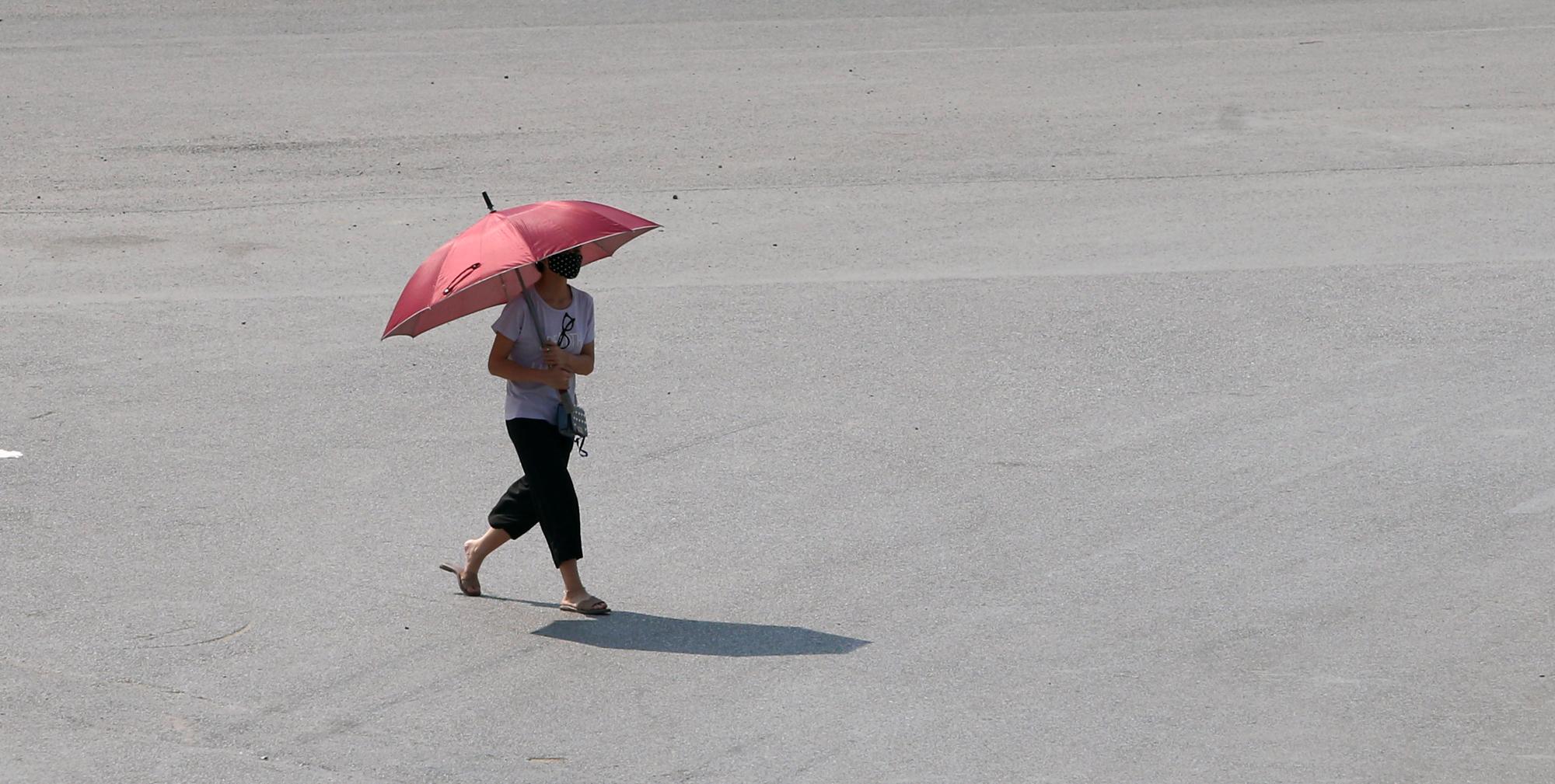 Hà Nội nắng nóng gay gắt, người dân 'đua nhau' vượt đèn đỏ - Ảnh 2.