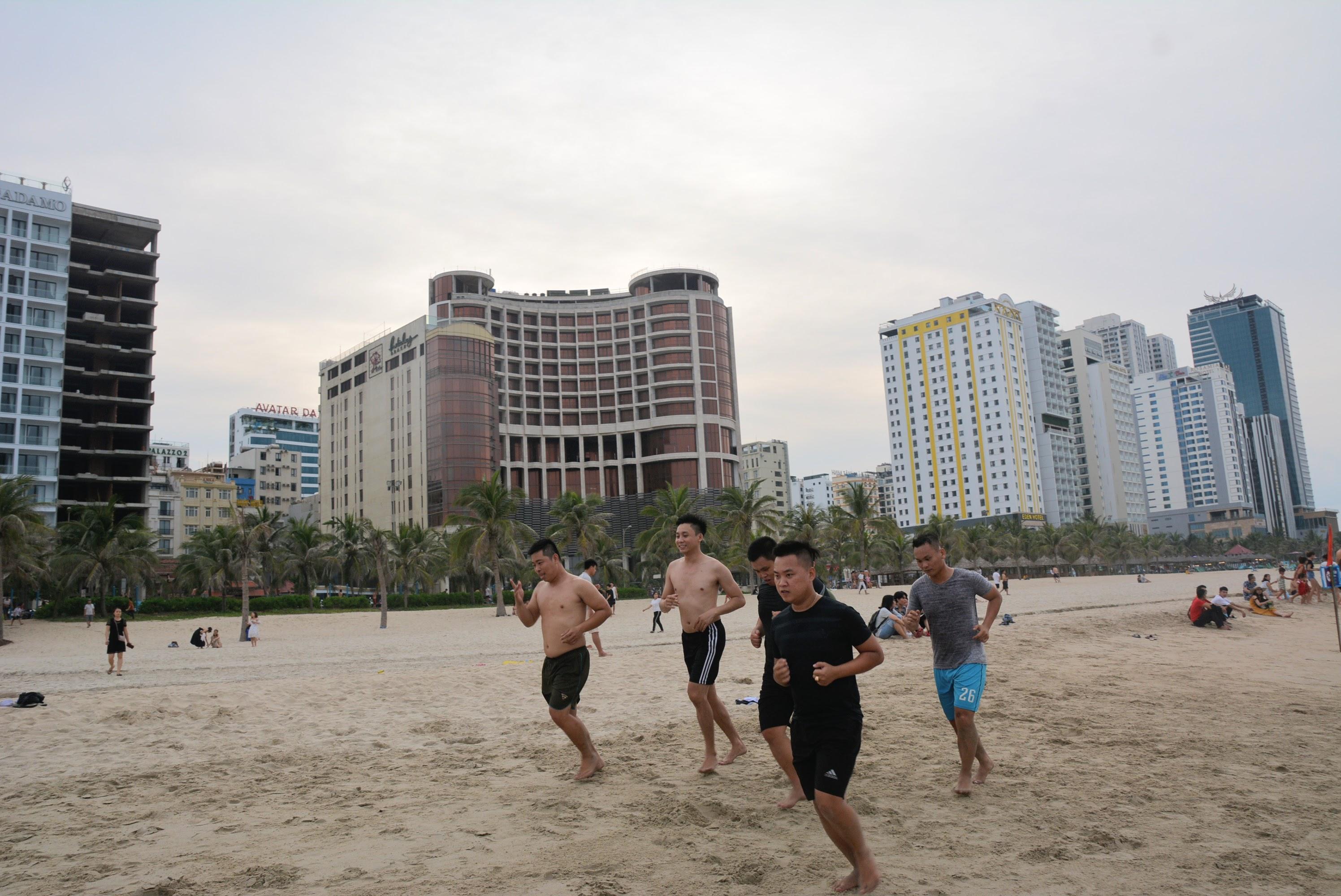 Nắng cao đến 39 độ, dân Đà Nẵng kéo ra biển 'giải nhiệt' đông đúc - Ảnh 14.