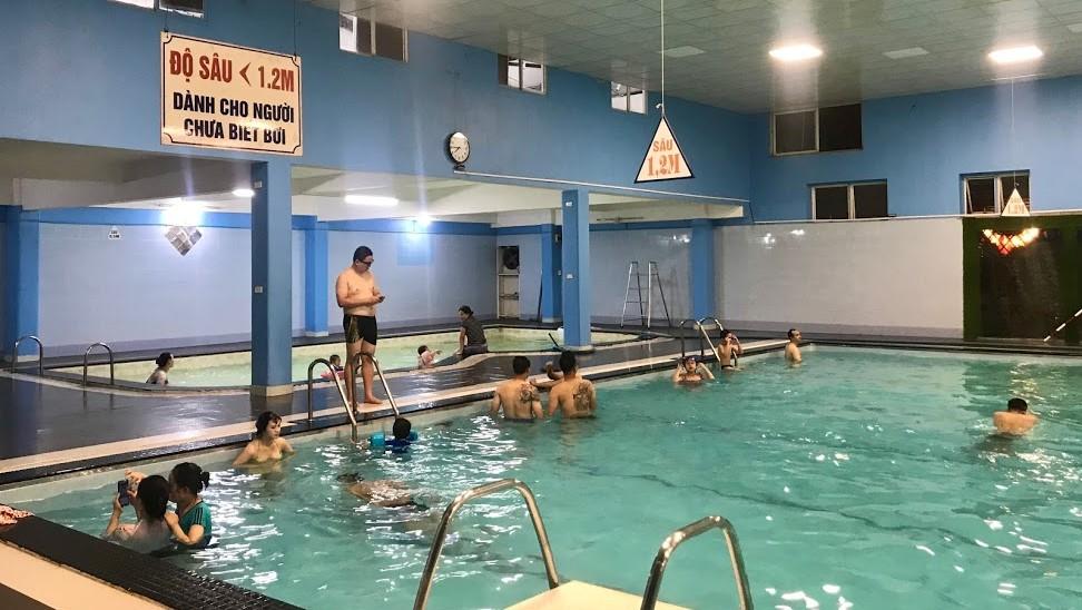Hà Nội: Nhiều bể bơi đã mở cửa, một số ngừng hoạt động đến hết tháng 5 - Ảnh 1.