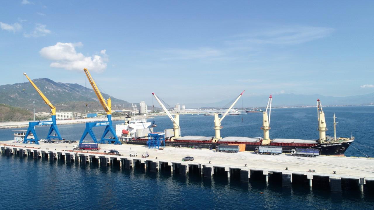 Cận cảnh cảng biển nghìn tỉ trong Khu kinh tế Vân Phong  - Ảnh 2.