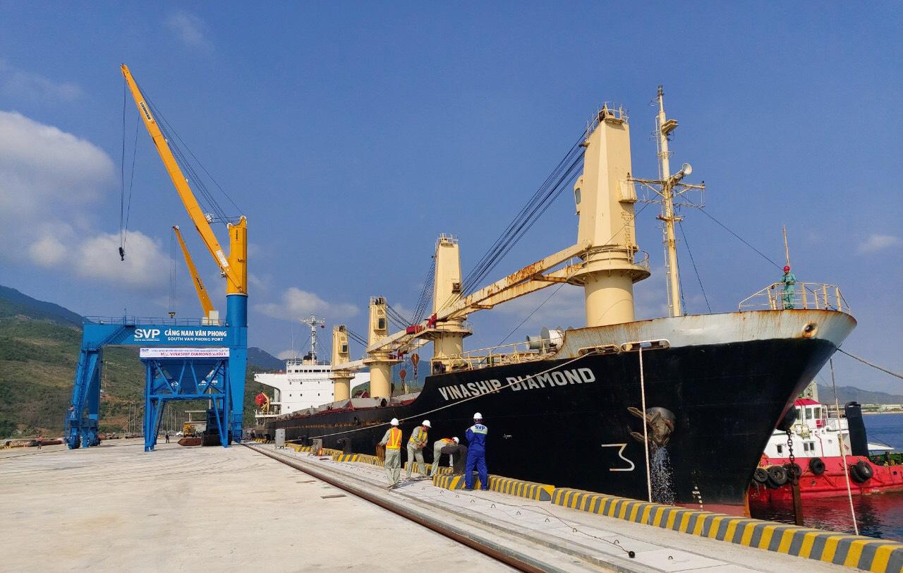 Cận cảnh cảng biển nghìn tỉ trong Khu kinh tế Vân Phong  - Ảnh 1.