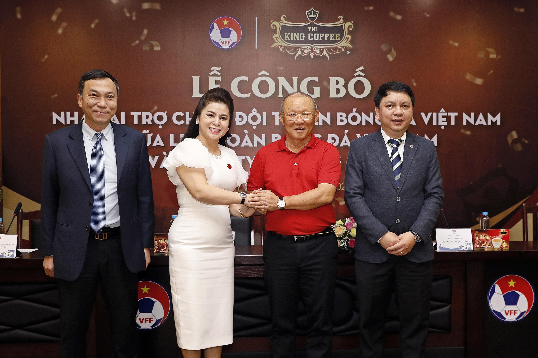 Bà Lê Hoàng Diệp Thảo trở thành nhà tài trợ chính cho đội tuyển bóng đá Việt Nam - Ảnh 1.
