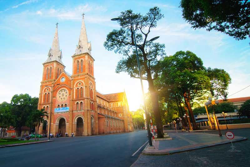 Nhà thờ Đức Bà Sài Gòn nằm trong danh sách 19 thánh đường đẹp nhất thế giới  - Ảnh 1.