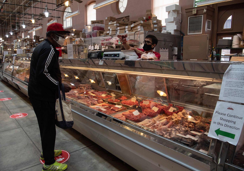 Ngành công nghiệp thịt ở Mỹ khốn đốn vì nhân viên mắc Covid-19, tình trạng thiếu thịt sẽ còn tồi tệ hơn - Ảnh 1.