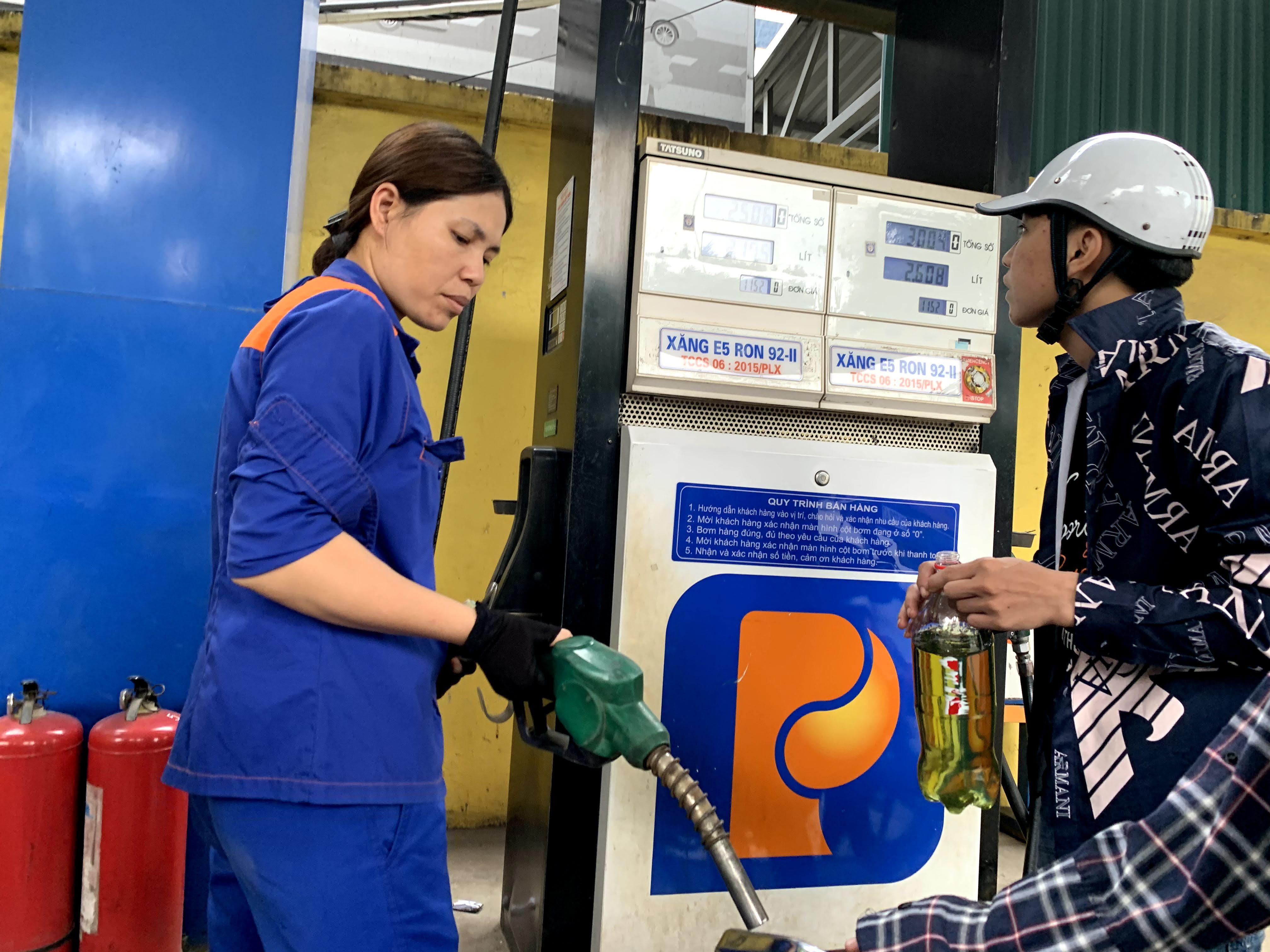 Bị tố găm hàng đợi tăng giá, các trạm xăng nói gì? - Ảnh 3.
