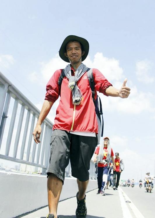 Không gì là không thể - Chàng trai đi bộ qua 45 tỉnh để giúp đỡ trẻ em bất hạnh - Ảnh 2.