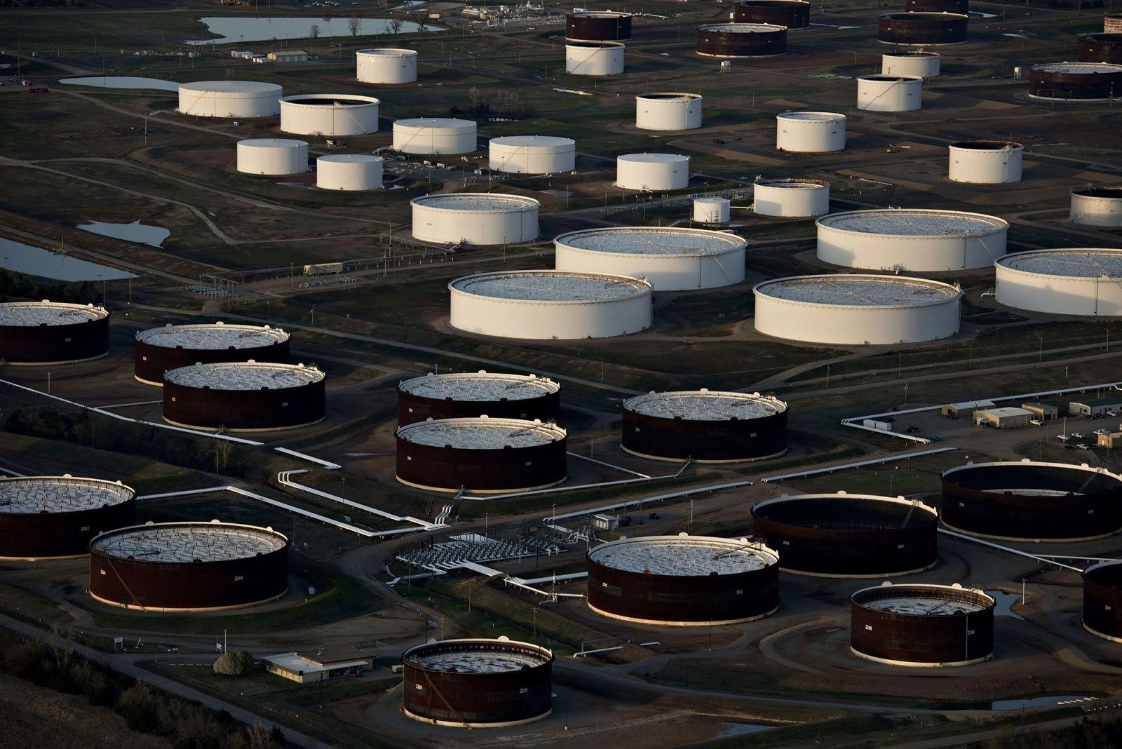 Giá dầu trượt dốc xuống dưới 32 USD sau khi Mỹ báo cáo nguồn dự dữ dầu trong kho tăng trở lại - Ảnh 1.