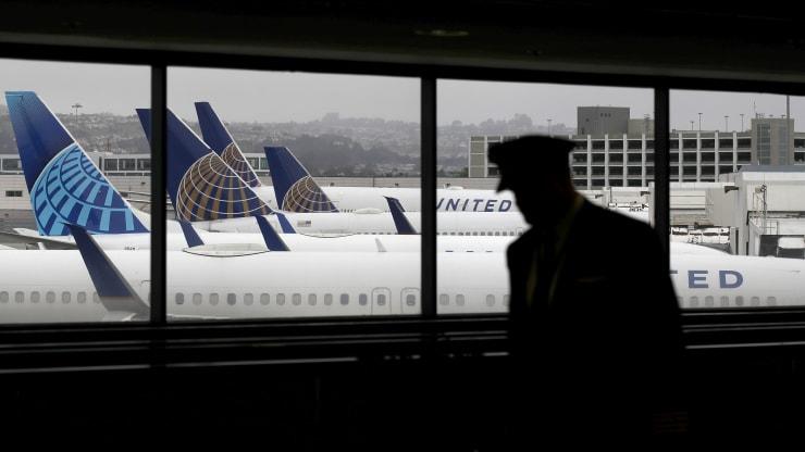 Gã khổng lồ hãng không United Airlines tiếp tục sa thải 13 Giám đốc điều hành vì hết tiền trả lương - Ảnh 1.