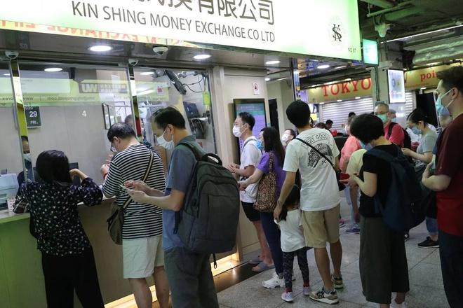 Người Hong Kong vội vã mua USD tích trữ - Ảnh 1.
