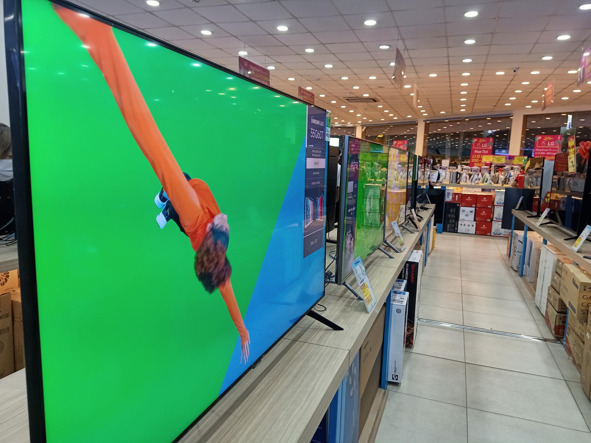 Các chuỗi bán lẻ tiếp tục tung nhiều chương trình tivi giảm giá - Ảnh 1.