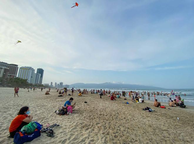 Những bãi biển trong nước mở cửa đón khách du lịch trở lại - Ảnh 2.