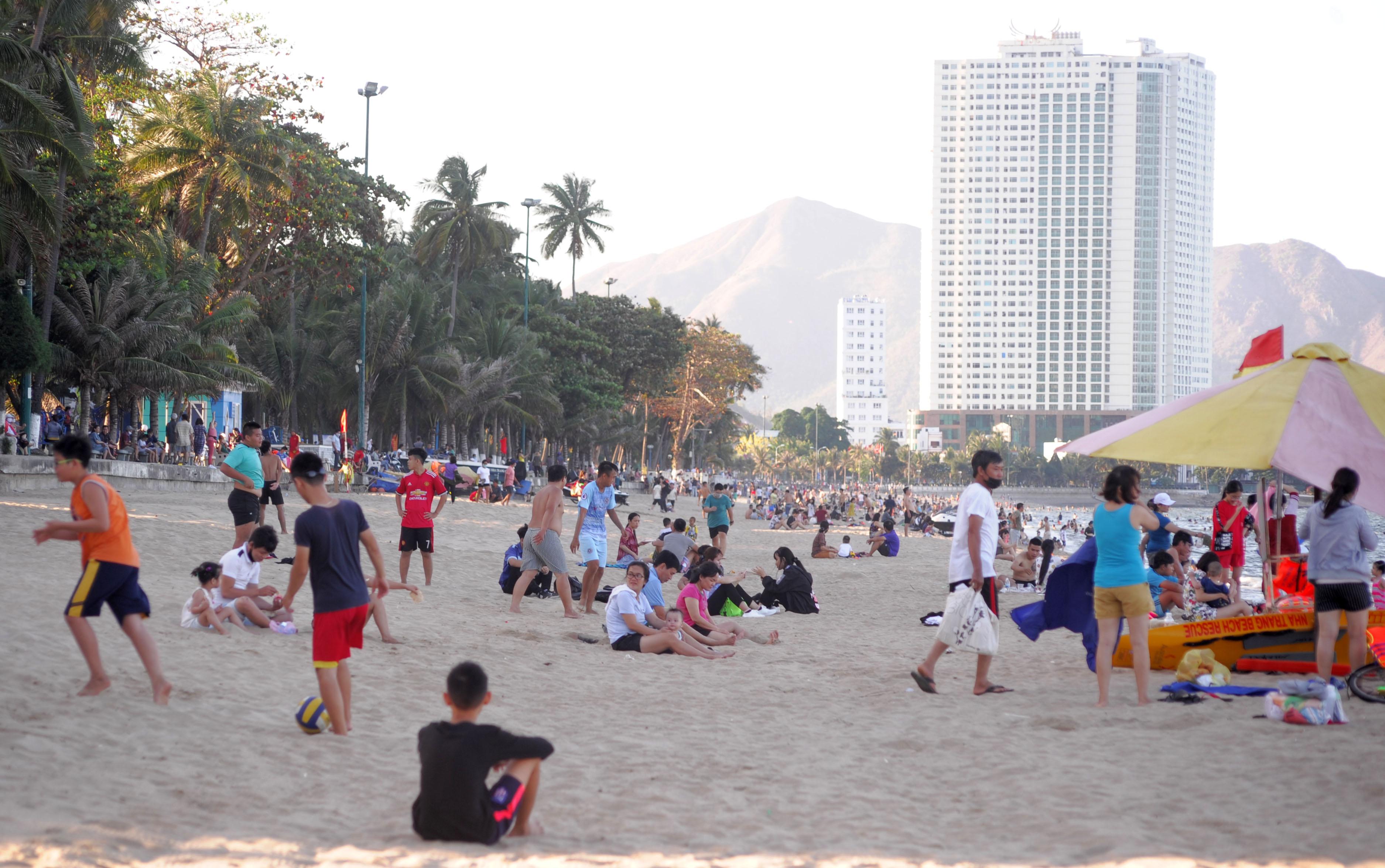 Những bãi biển trong nước mở cửa đón khách du lịch trở lại - Ảnh 3.