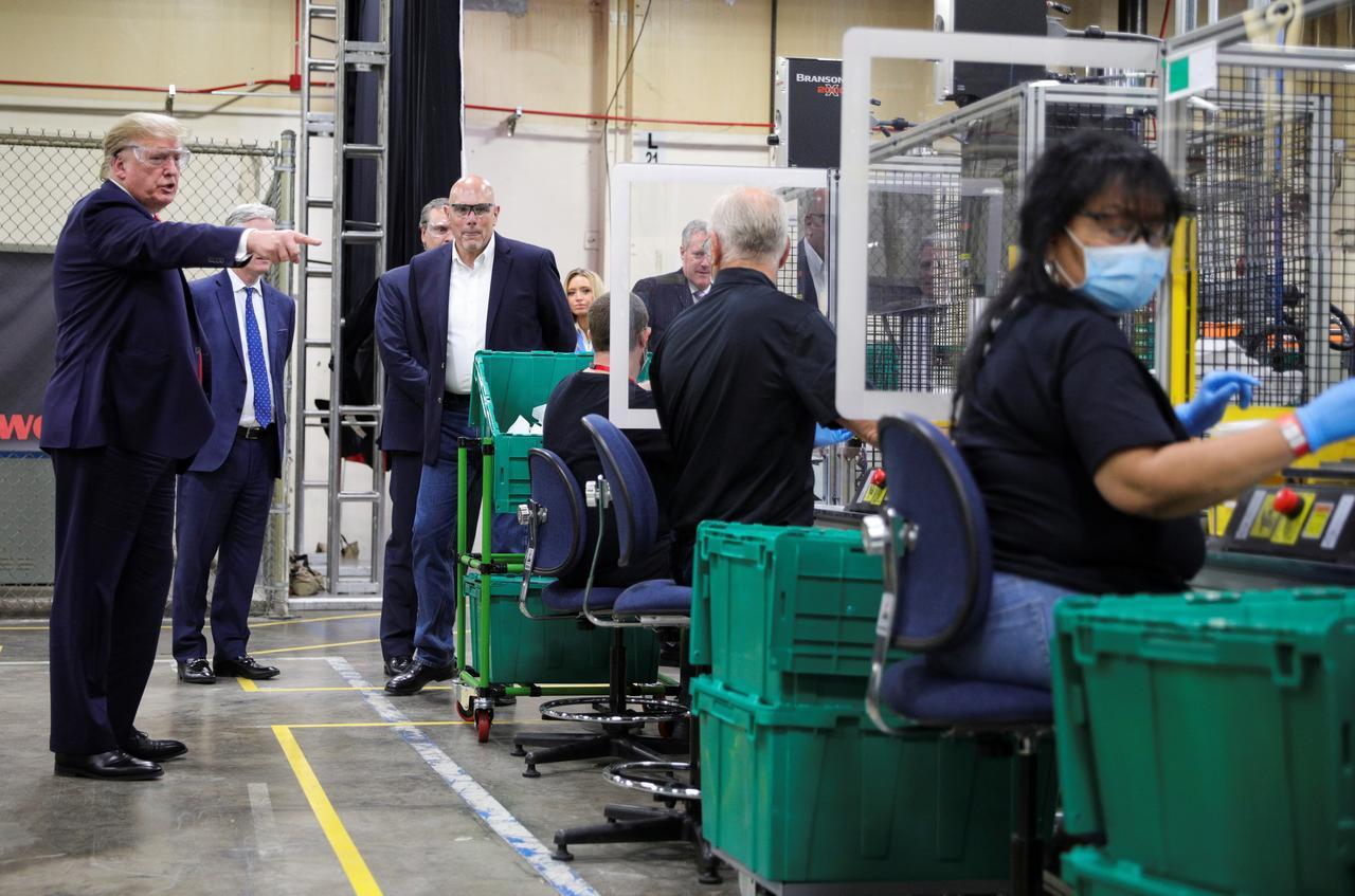 Tổng thống Trump đi thăm nhà máy sản xuất khẩu trang mới nhưng… không đeo khẩu trang - Ảnh 2.