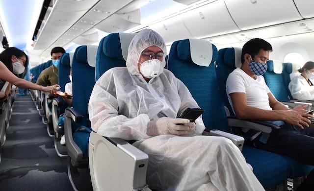 Bỏ quy định giãn cách trên máy bay, xe buýt, xe khách từ ngày mai - Ảnh 1.