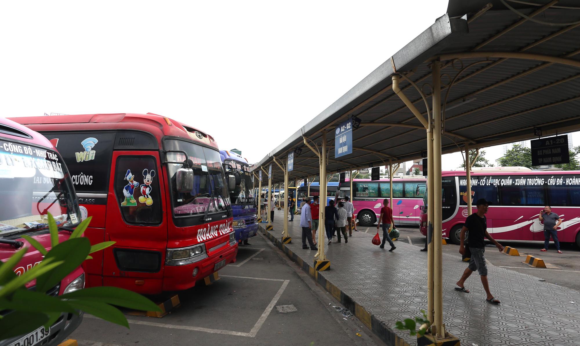Vận tải khách trở lại bình thường, bến xe ở Hà Nội vẫn vắng vẻ - Ảnh 1.
