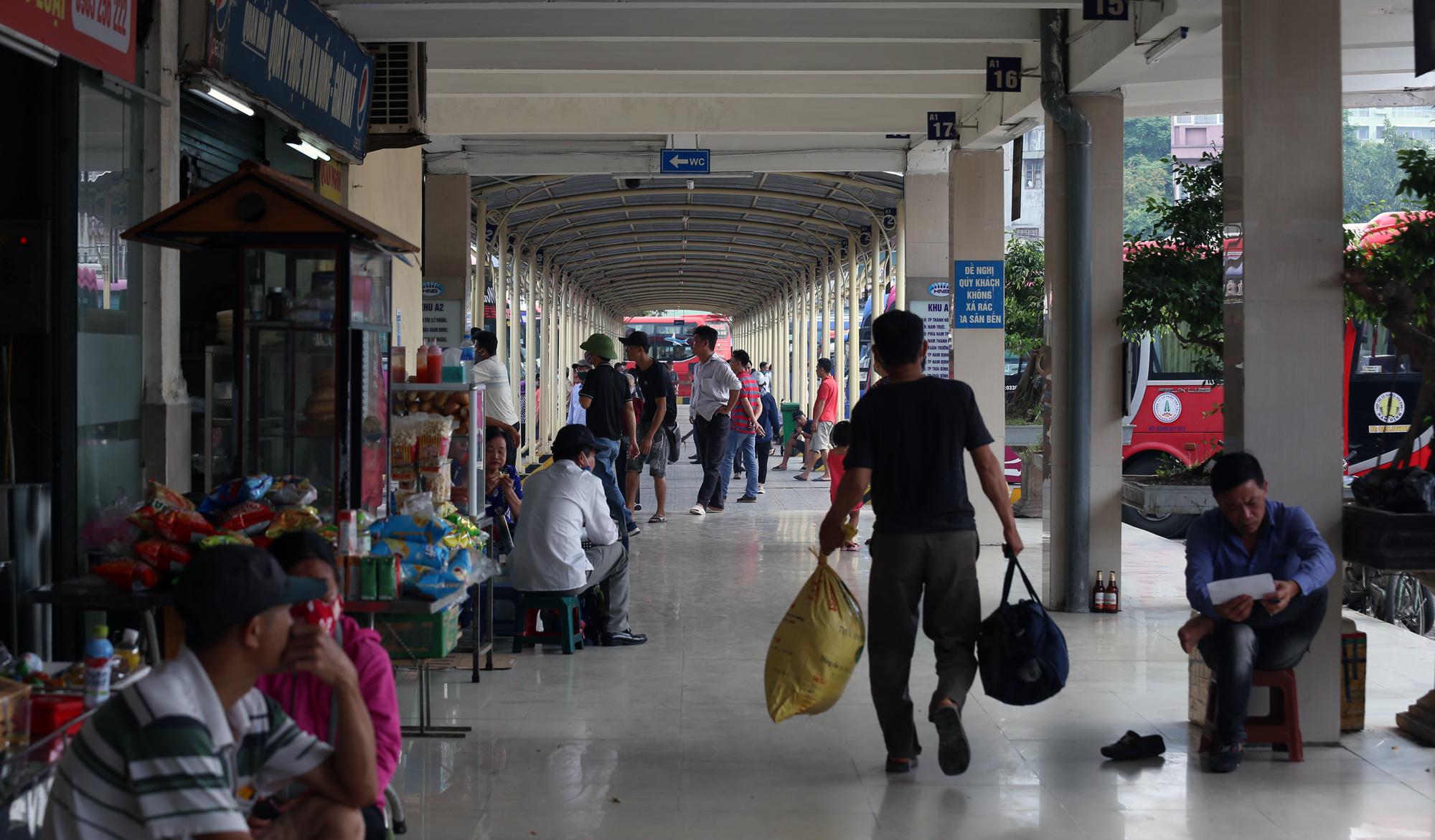 Vận tải khách trở lại bình thường, bến xe ở Hà Nội vẫn vắng vẻ - Ảnh 10.