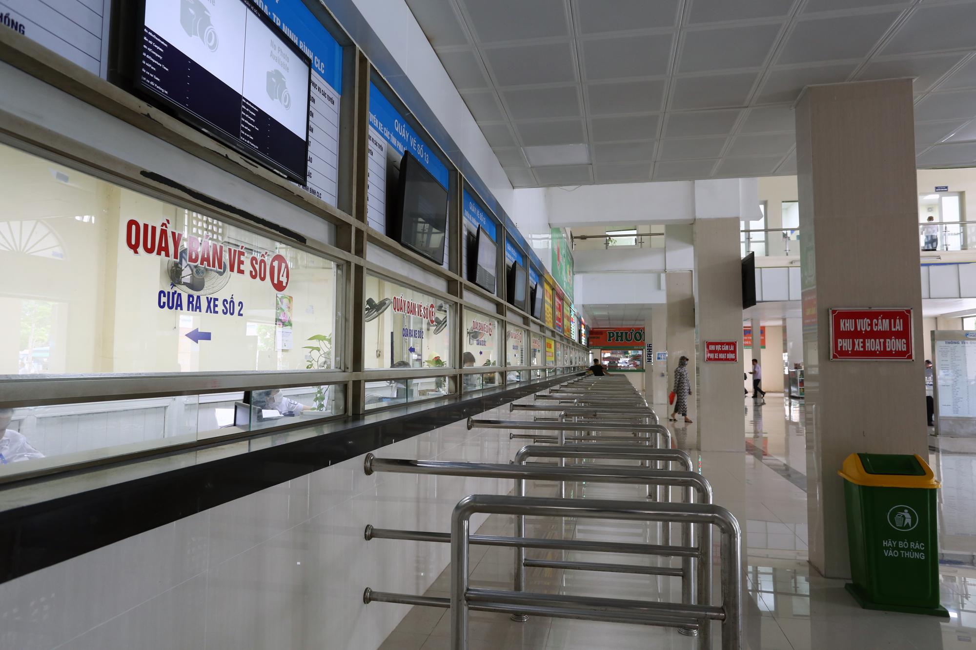 Vận tải khách trở lại bình thường, bến xe ở Hà Nội vẫn vắng vẻ - Ảnh 11.