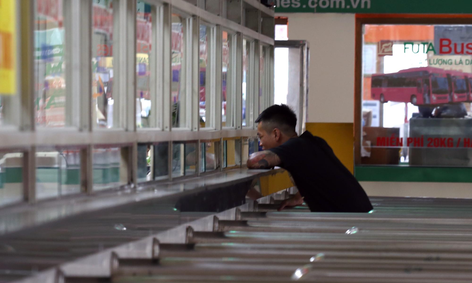 Vận tải khách trở lại bình thường, bến xe ở Hà Nội vẫn vắng vẻ - Ảnh 12.