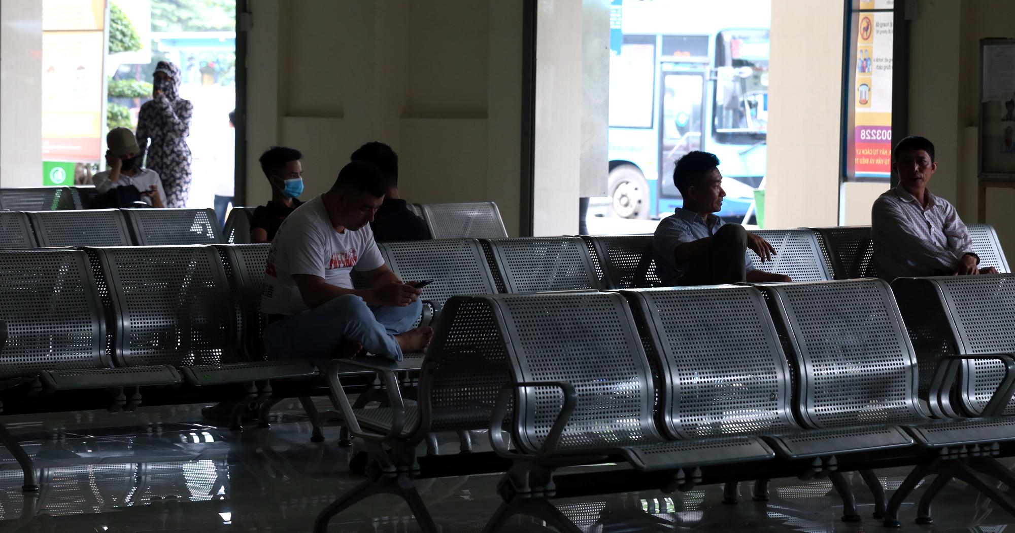 Vận tải khách trở lại bình thường, bến xe ở Hà Nội vẫn vắng vẻ - Ảnh 13.