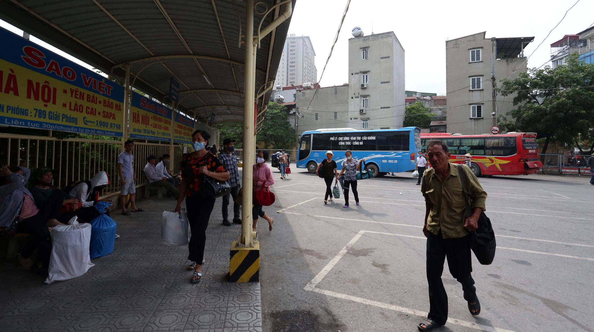 Vận tải khách trở lại bình thường, bến xe ở Hà Nội vẫn vắng vẻ - Ảnh 14.