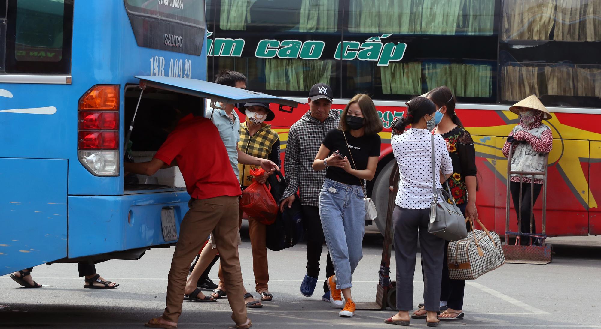 Vận tải khách trở lại bình thường, bến xe ở Hà Nội vẫn vắng vẻ - Ảnh 15.