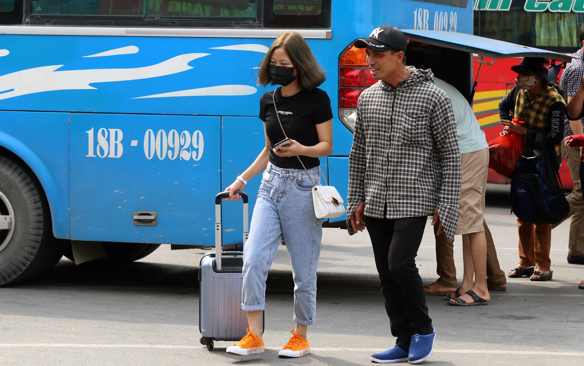 Vận tải khách trở lại bình thường, bến xe ở Hà Nội vẫn vắng vẻ - Ảnh 16.