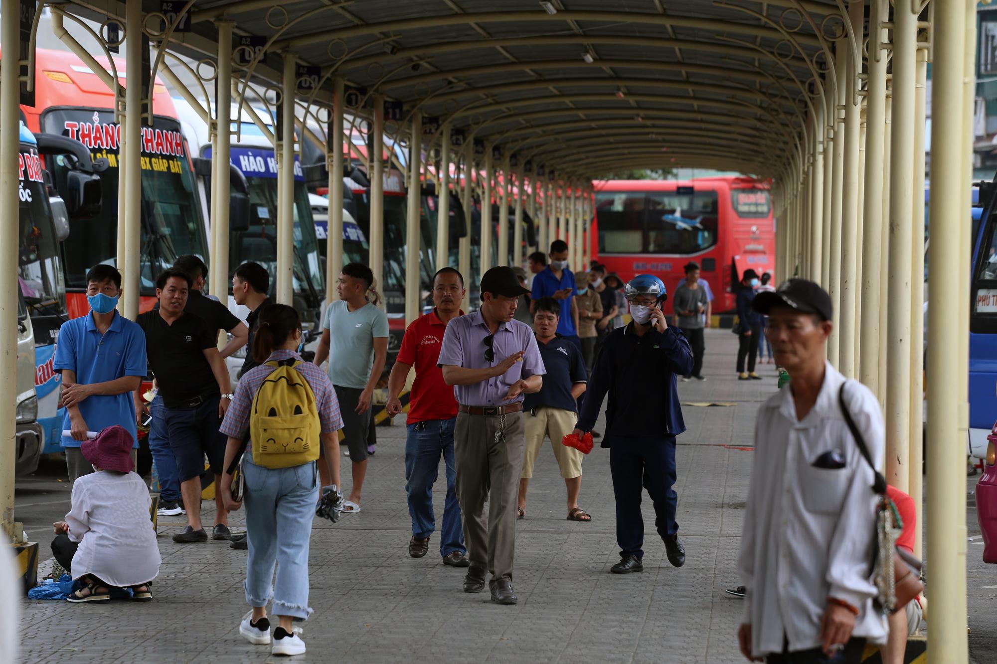 Vận tải khách trở lại bình thường, bến xe ở Hà Nội vẫn vắng vẻ - Ảnh 2.