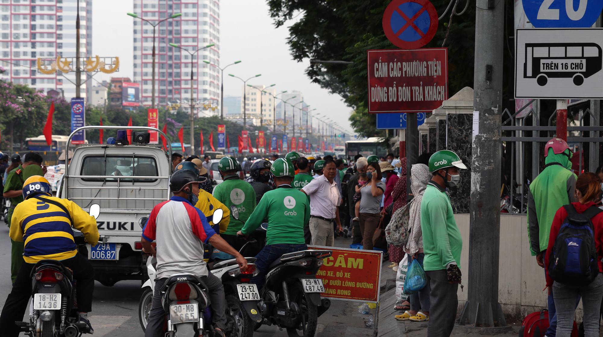 Vận tải khách trở lại bình thường, bến xe ở Hà Nội vẫn vắng vẻ - Ảnh 20.