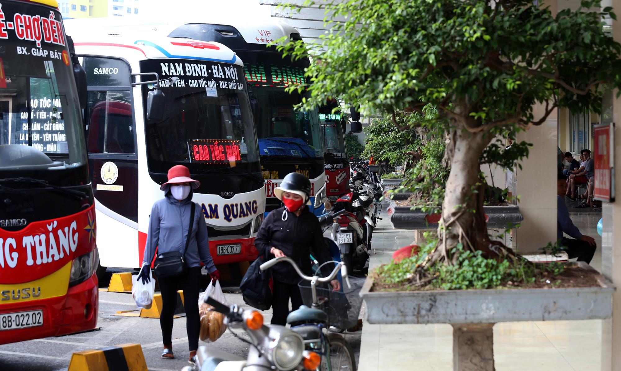 Vận tải khách trở lại bình thường, bến xe ở Hà Nội vẫn vắng vẻ - Ảnh 3.