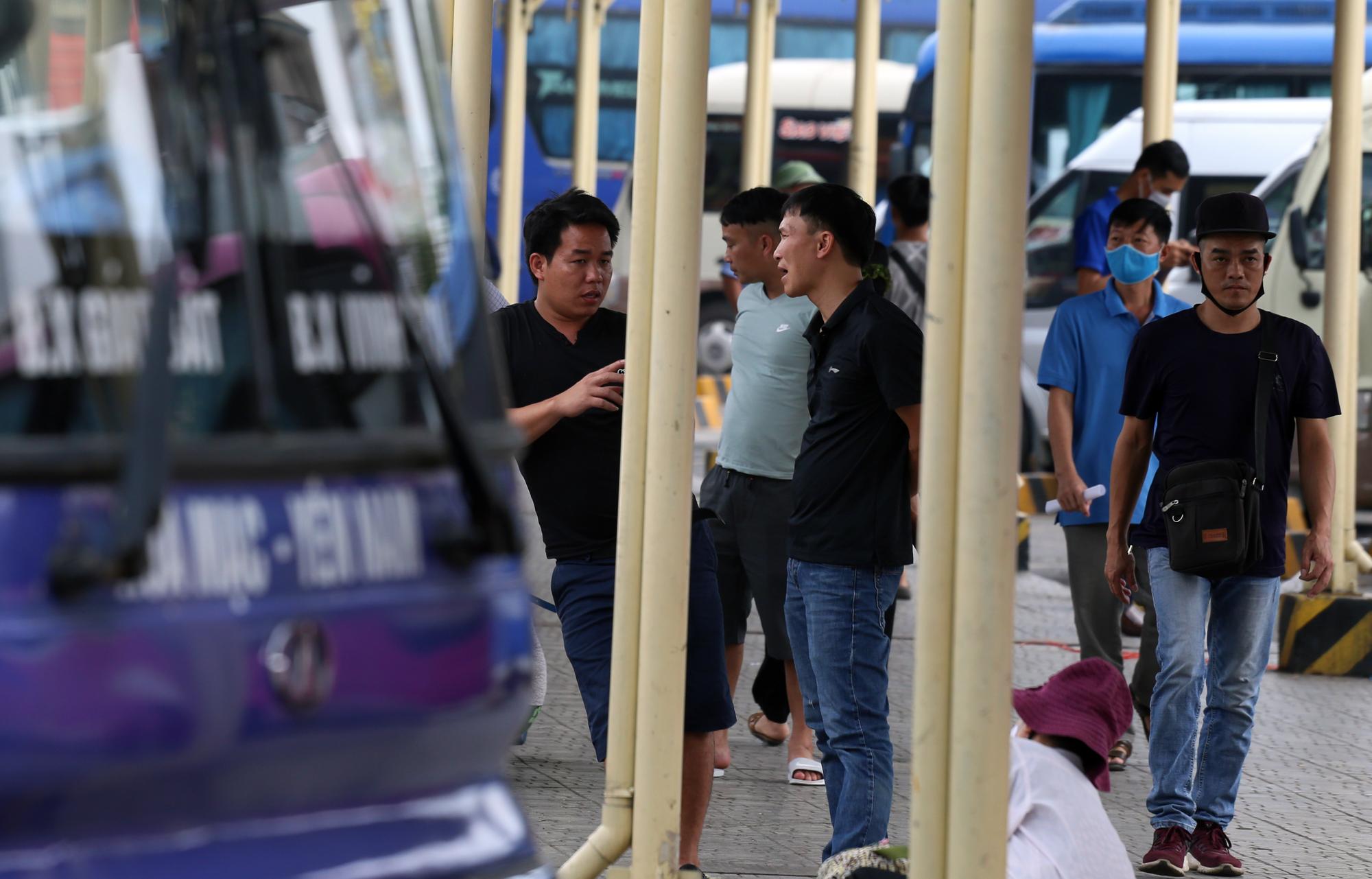 Vận tải khách trở lại bình thường, bến xe ở Hà Nội vẫn vắng vẻ - Ảnh 4.