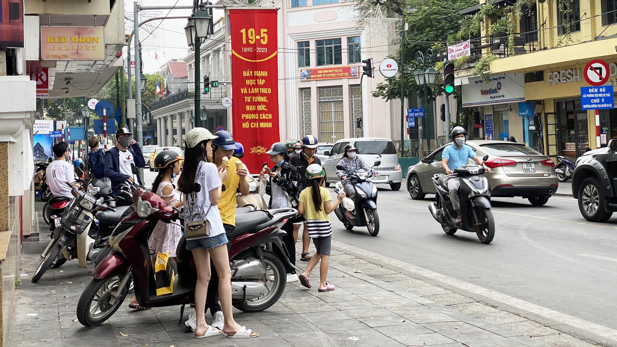 Những ngày đầu hè, người dân đã rủ nhau đến tiệm kem nức tiếng của Hà Nội để hạ nhiệt - Ảnh 3.