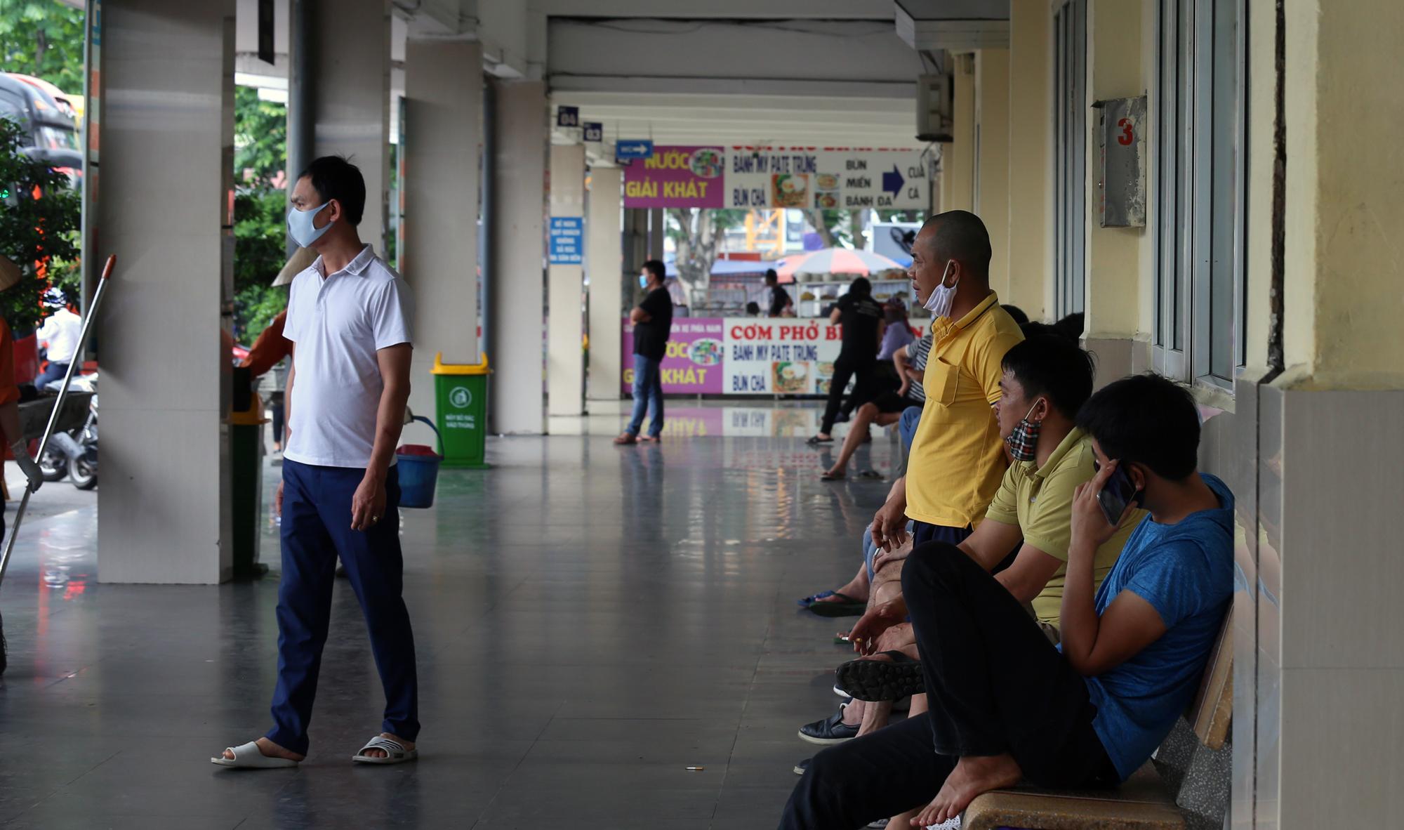 Vận tải khách trở lại bình thường, bến xe ở Hà Nội vẫn vắng vẻ - Ảnh 5.