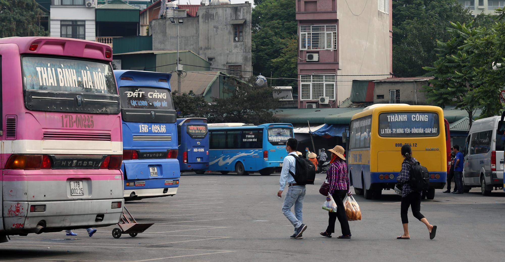 Vận tải khách trở lại bình thường, bến xe ở Hà Nội vẫn vắng vẻ - Ảnh 7.