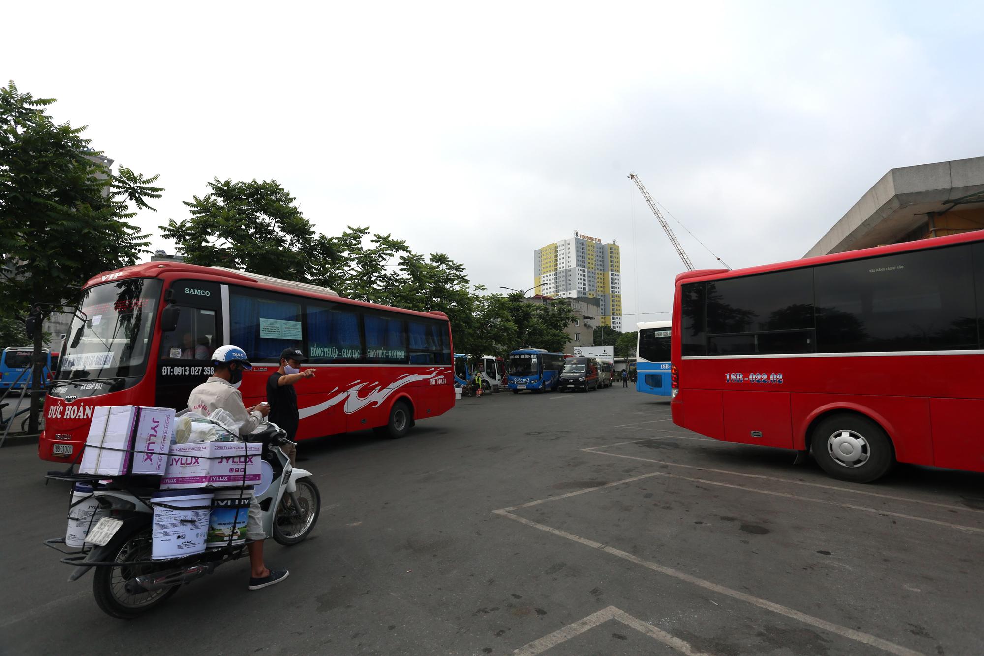 Vận tải khách trở lại bình thường, bến xe ở Hà Nội vẫn vắng vẻ - Ảnh 8.