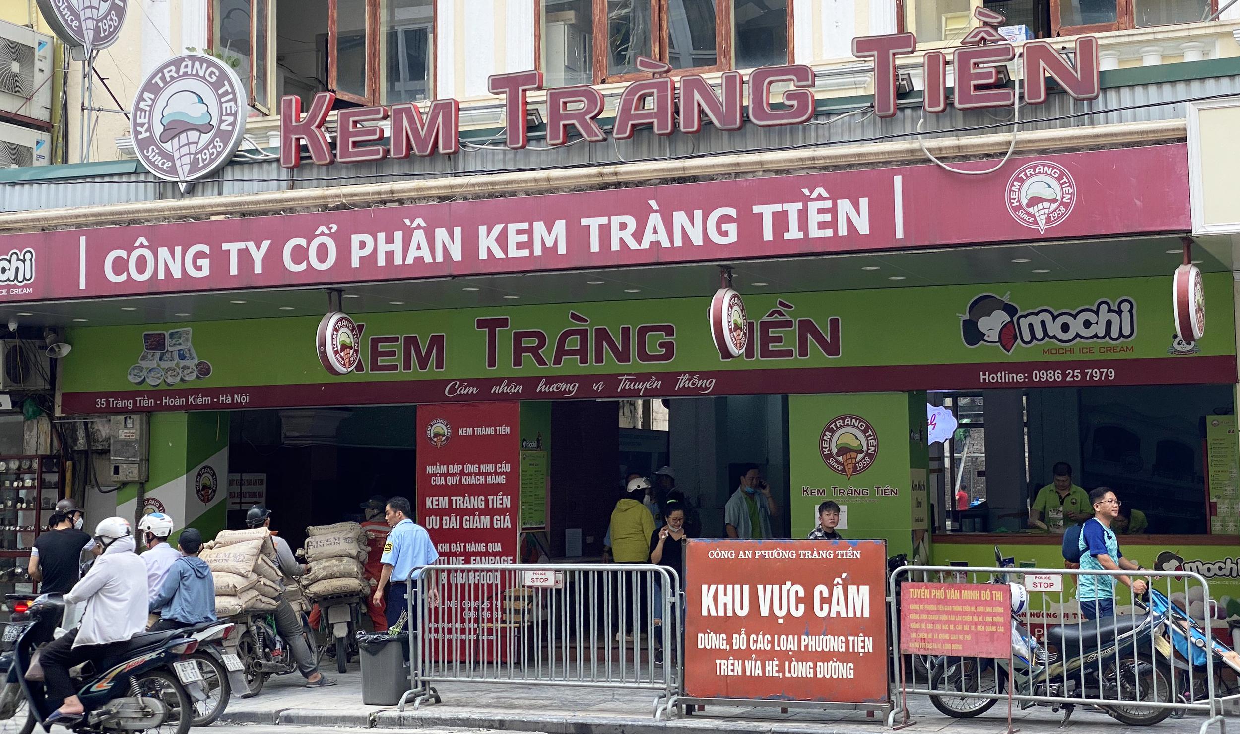 Ngày đầu hè, người dân tranh thủ ghé các tiệm kem nức tiếng của Hà Nội để tránh nóng, hạ nhiệt - Ảnh 4.