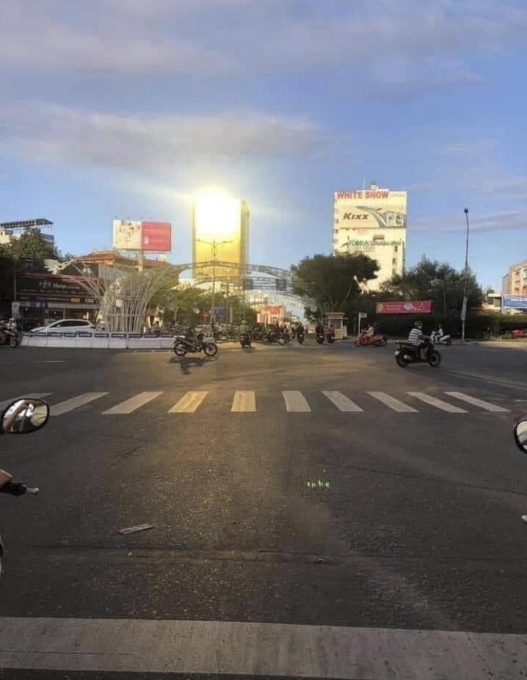 Đà Nẵng: Tòa nhà SHB và Risemount Apartment lắp kính vàng sai phép, người đi đường bị chói mắt khi trời nắng - Ảnh 6.