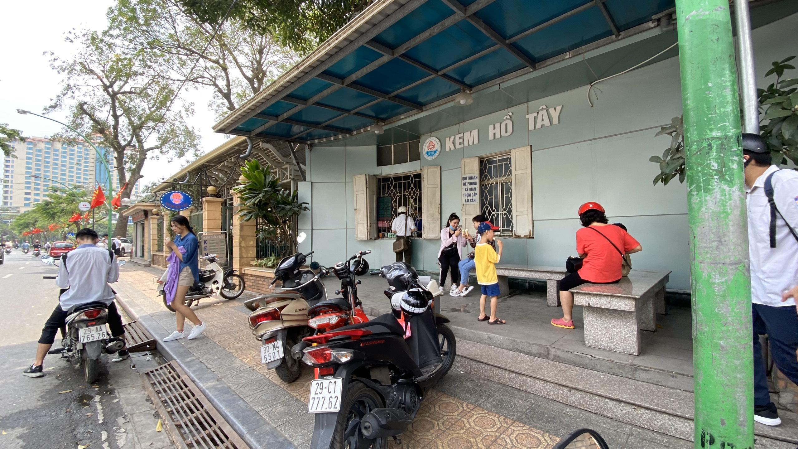 Những ngày đầu hè, người dân đã rủ nhau đến tiệm kem nức tiếng của Hà Nội để hạ nhiệt - Ảnh 4.