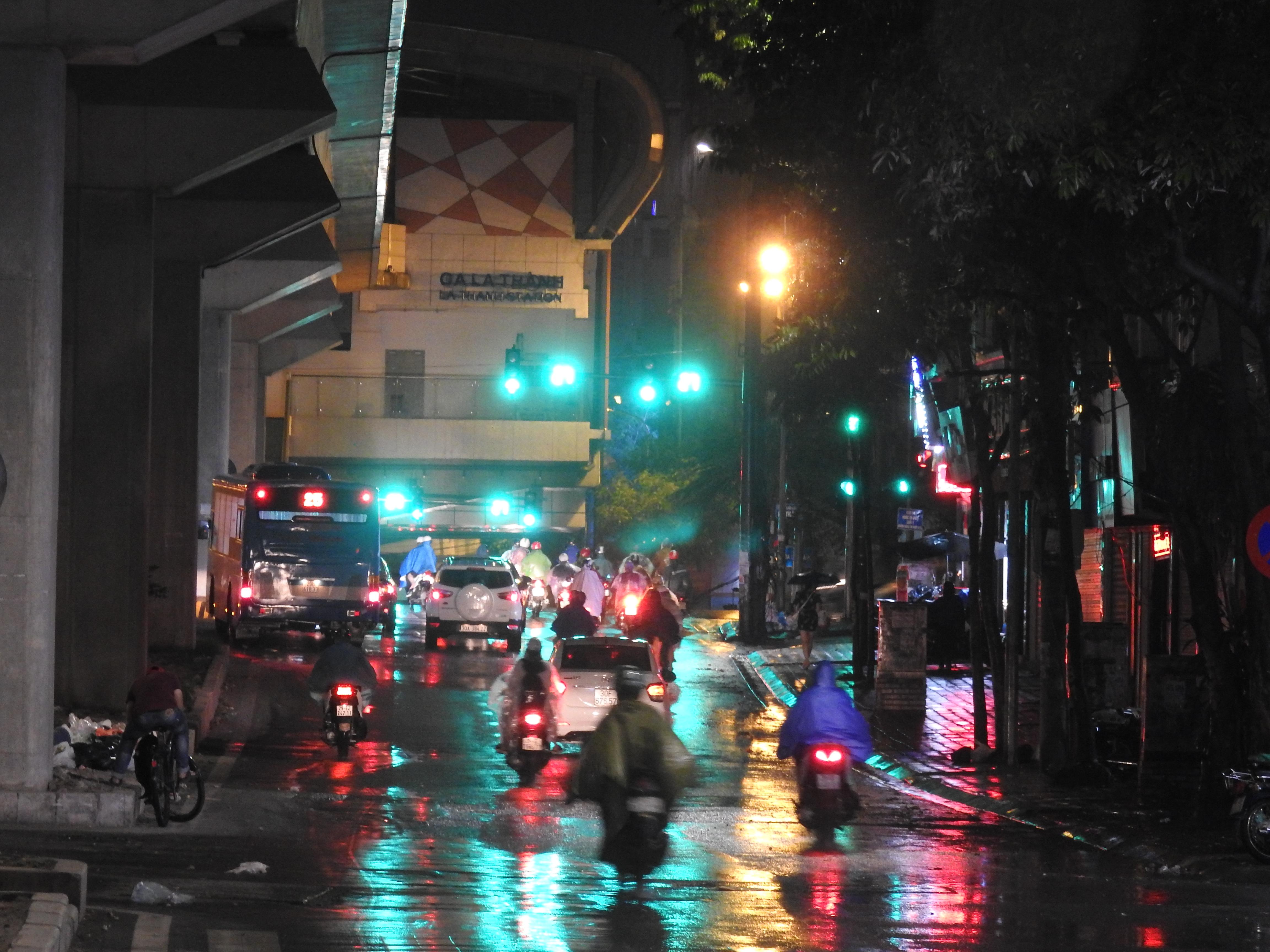 Hà Nội 'giải nhiệt' nhờ cơn mưa rào trên diện rộng sau chuỗi ngày nắng nóng - Ảnh 6.