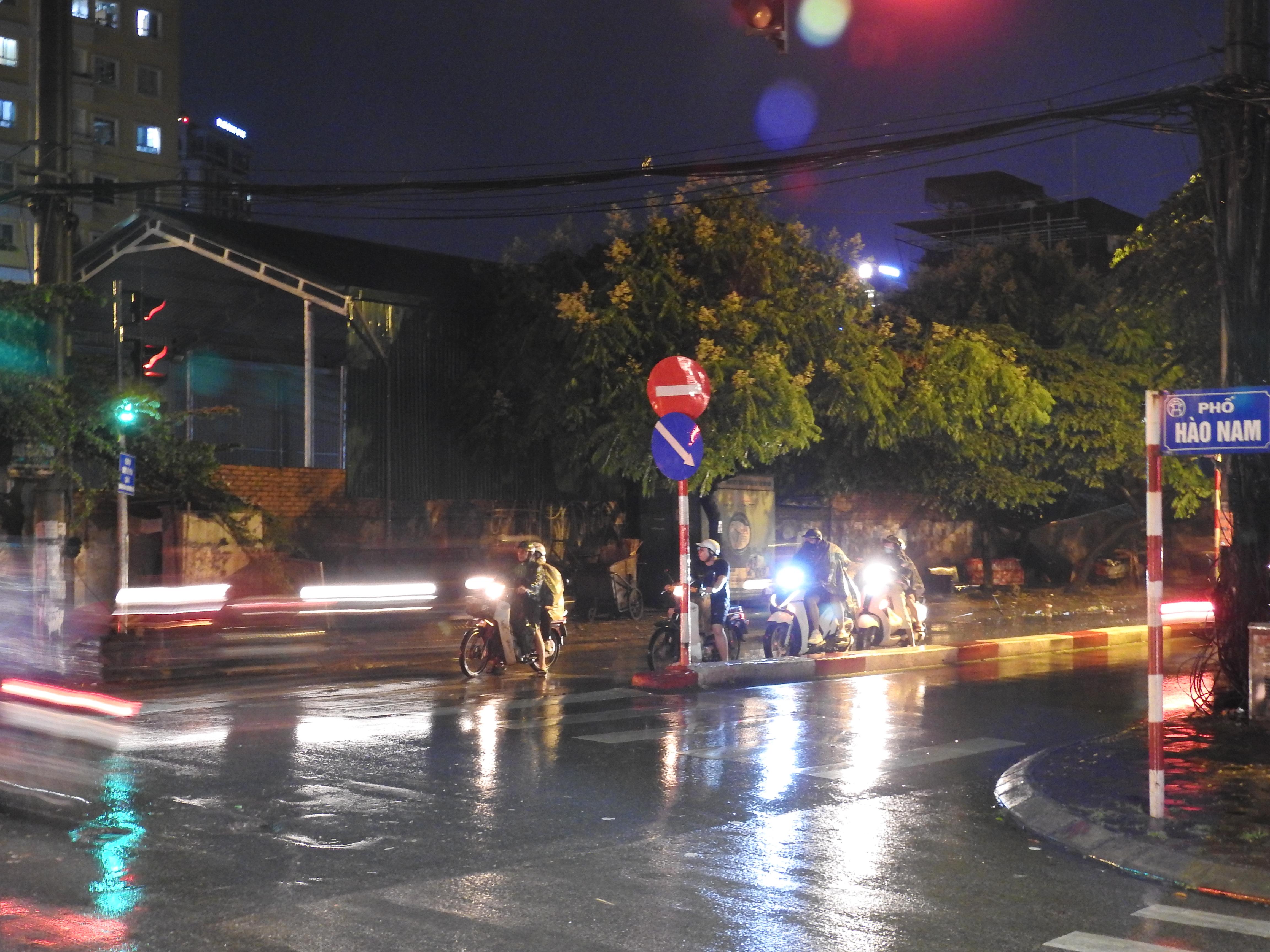 Hà Nội 'giải nhiệt' nhờ cơn mưa rào trên diện rộng sau chuỗi ngày nắng nóng - Ảnh 4.