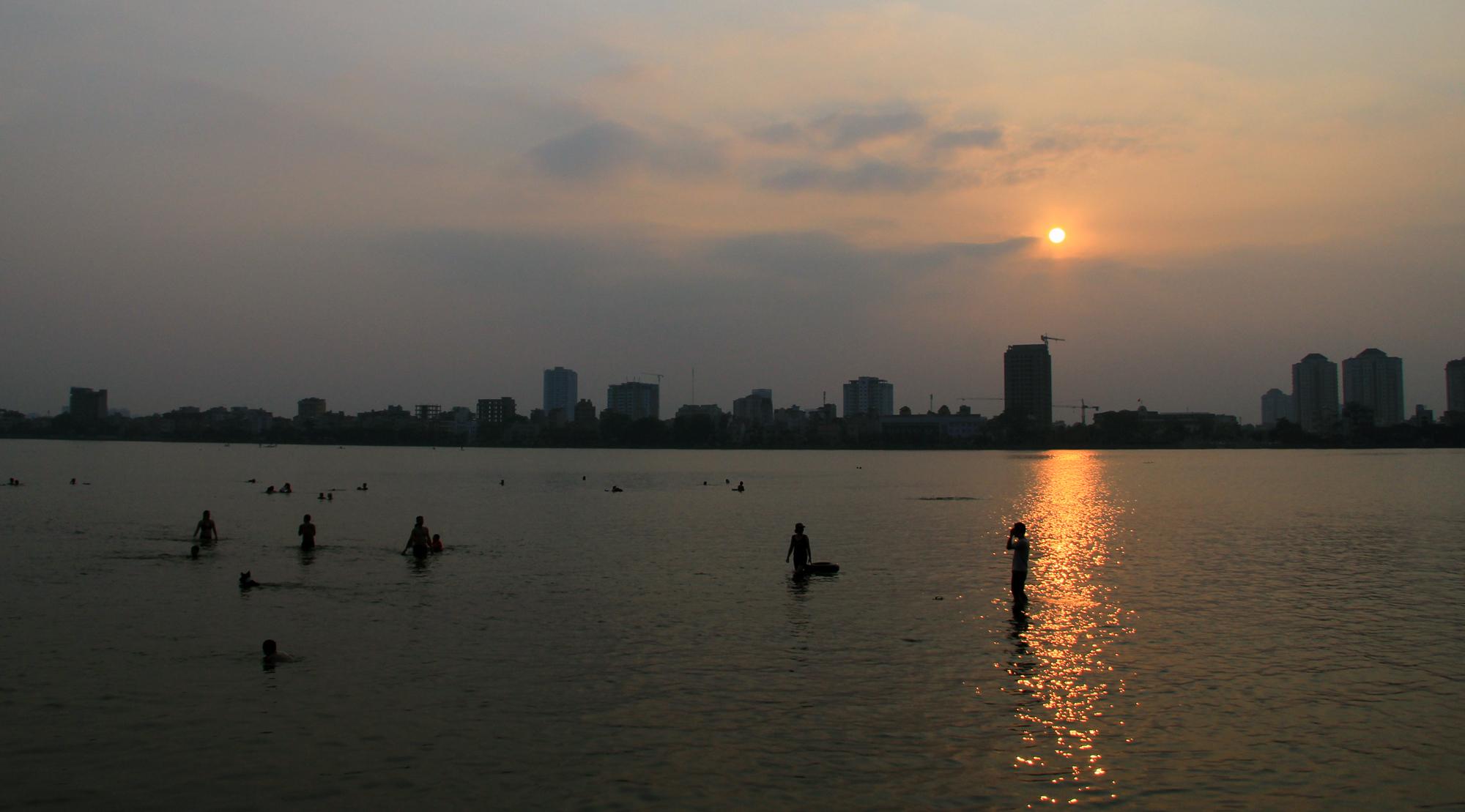 Người dân vượt rào vào 'bể bơi' lớn nhất Hà Nội  - Ảnh 10.
