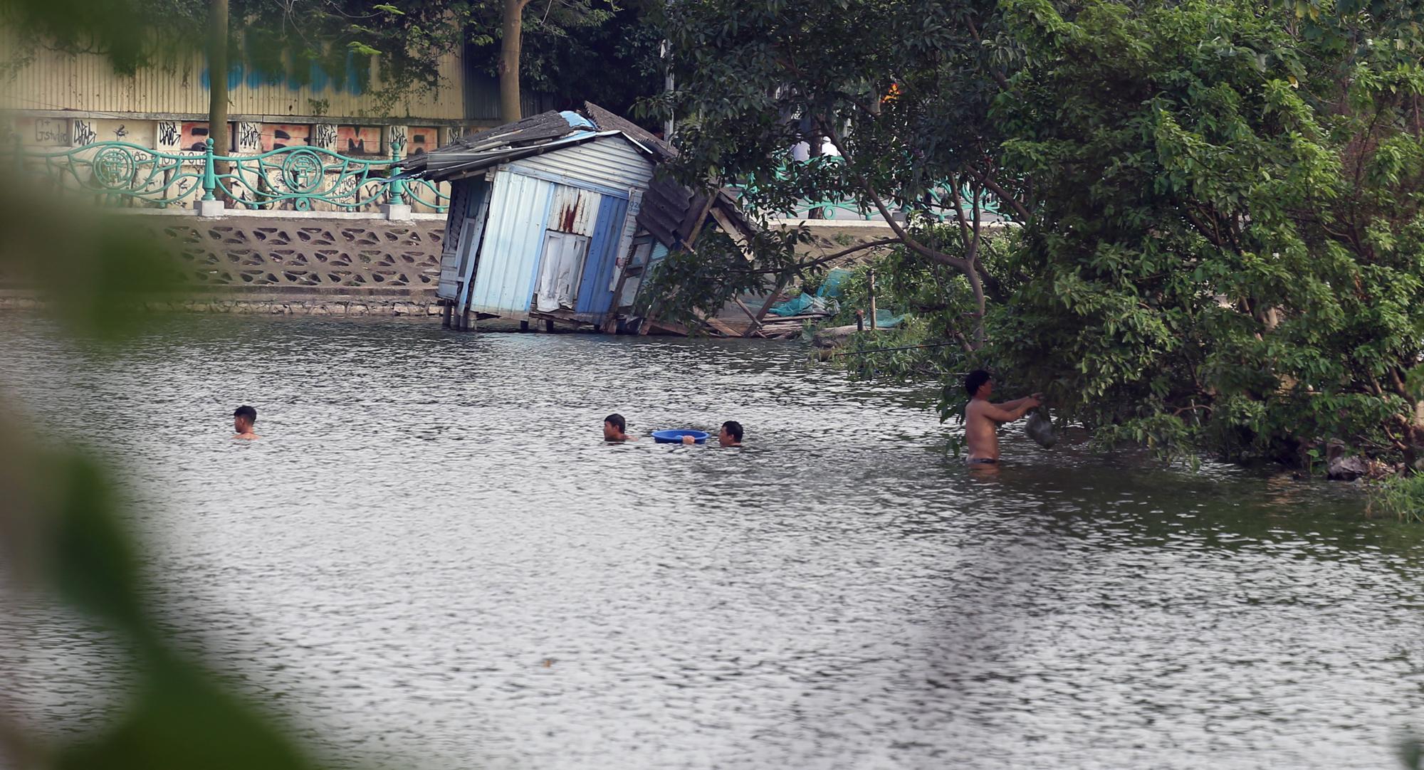 Người dân vượt rào vào 'bể bơi' lớn nhất Hà Nội  - Ảnh 11.