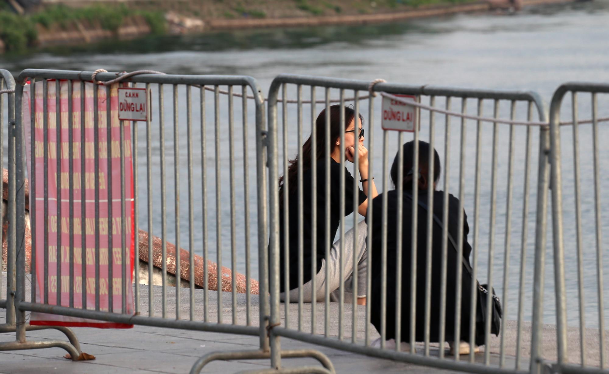 Người dân vượt rào vào 'bể bơi' lớn nhất Hà Nội  - Ảnh 12.