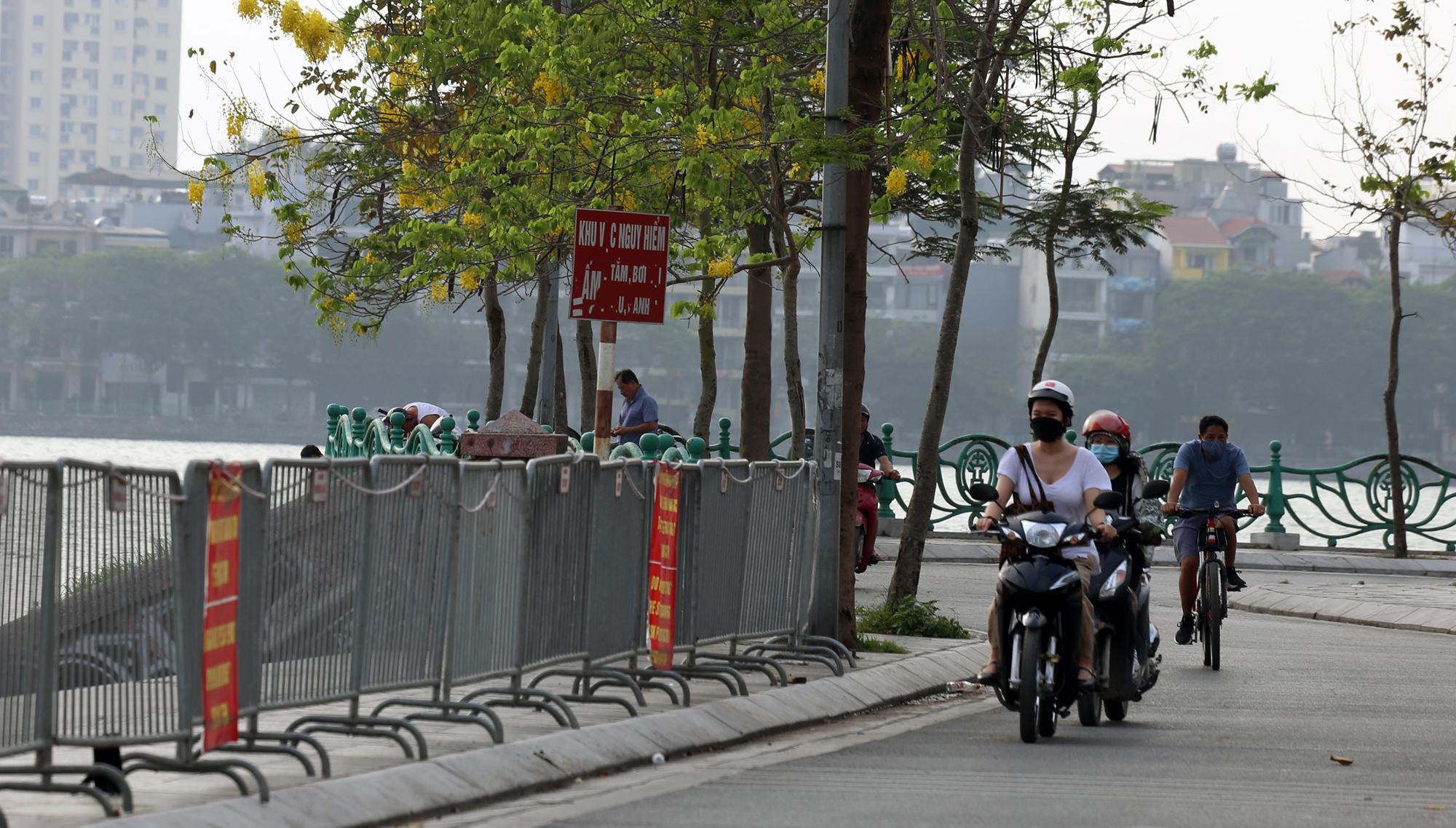 Người dân vượt rào vào 'bể bơi' lớn nhất Hà Nội  - Ảnh 2.