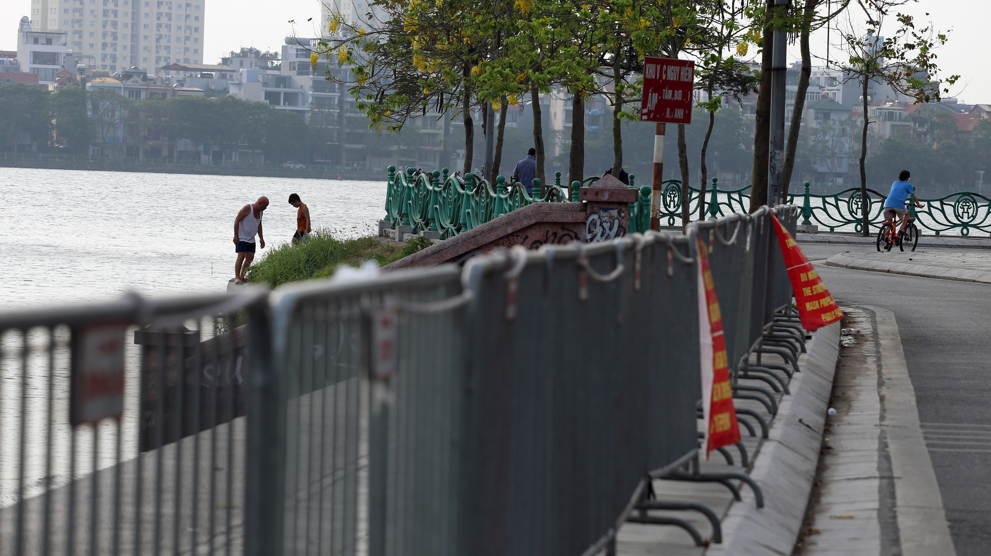 Người dân vượt rào vào 'bể bơi' lớn nhất Hà Nội  - Ảnh 3.